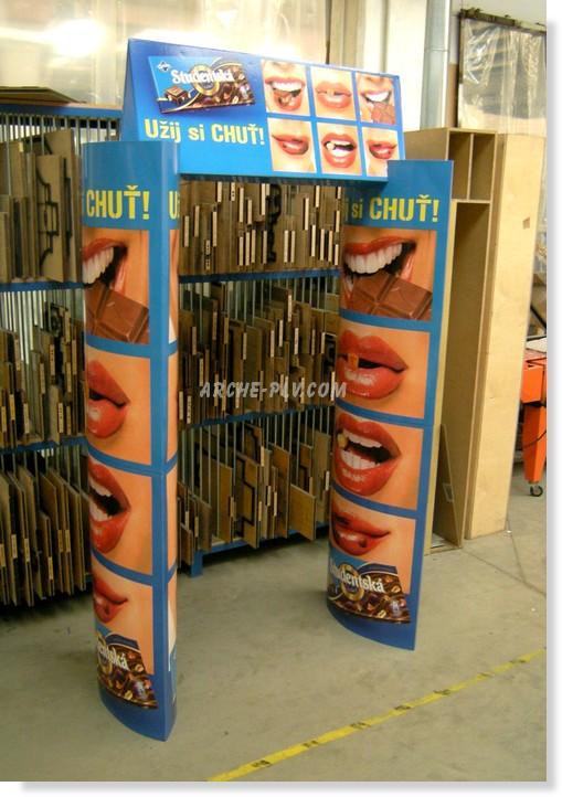 carton publicitaire - arche en carton avec colonnes elliptiques et fronton triangulaire en atelier