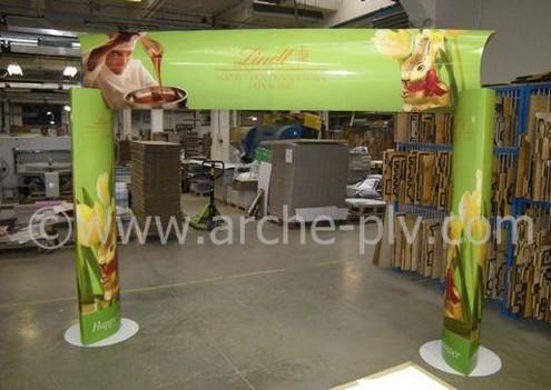 enseigne publicitaire - test d'une arche en carton à colonnes elliptiques en atelier